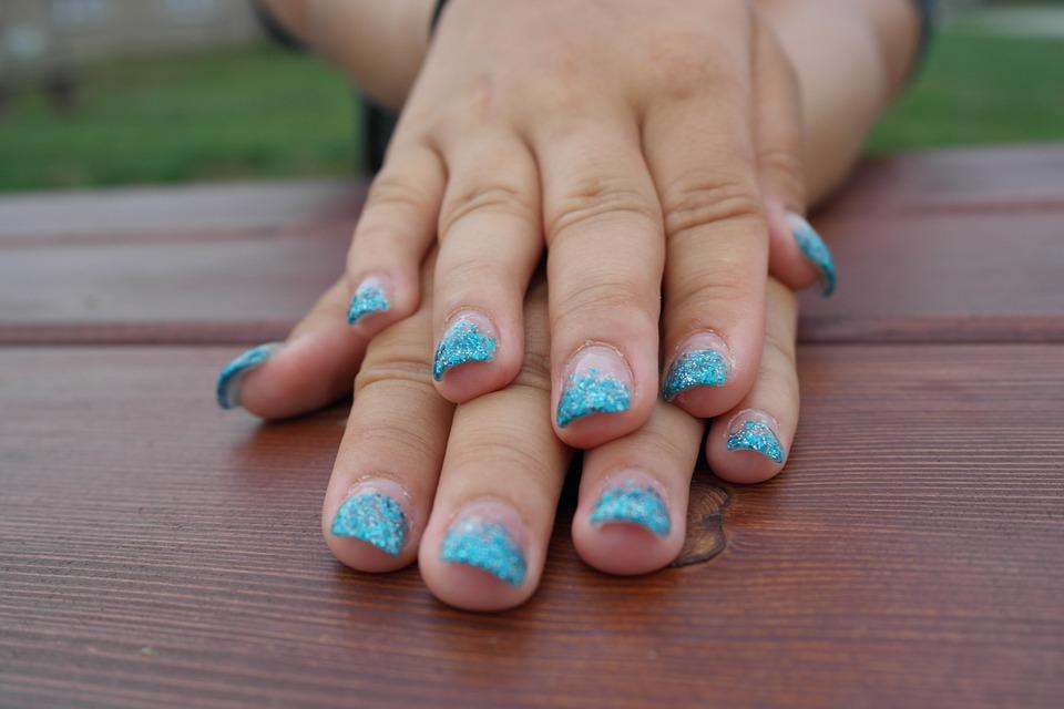 dlonie-niebieskie-paznokcie